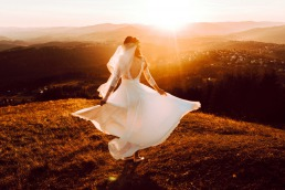 Panna młoda tańcząca w czasie zachodu słońca uchwycona okiem Emilii Chrobok - fotografa ślubnego z Tarnowa.