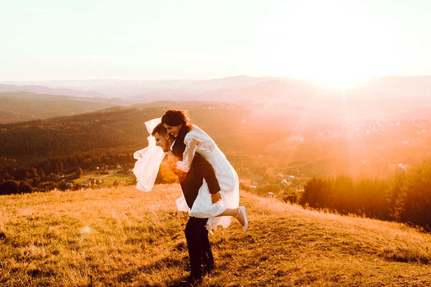 Para młoda w czasie zachodu słońca w obiektywie Emilii Chrobok fotografa ślubnego z Tarnowa