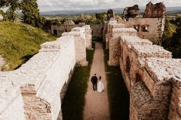 zdjęcie pary młodej w ruinach zamku w obiektywie fotografa ślubnego z Krakowa
