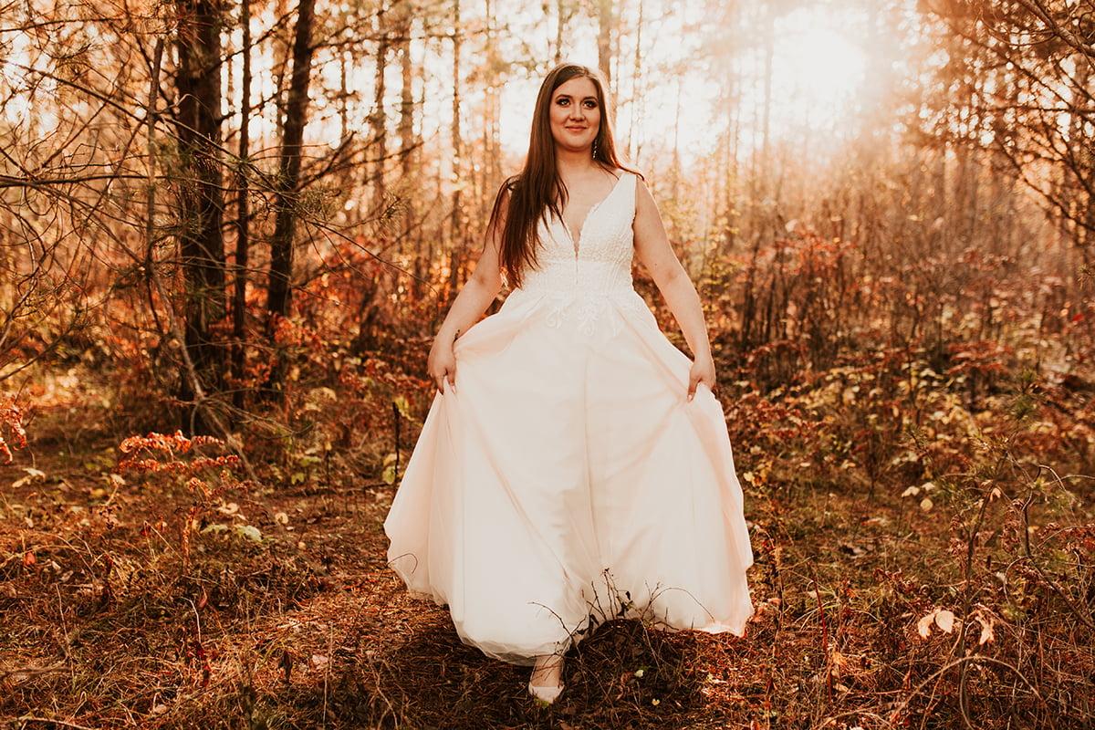 Panna Młoda spaceruje w lesie w jesiennym klimacie w obiektywie Emilii Chrobok fotografa ślubnego z Tarnowa