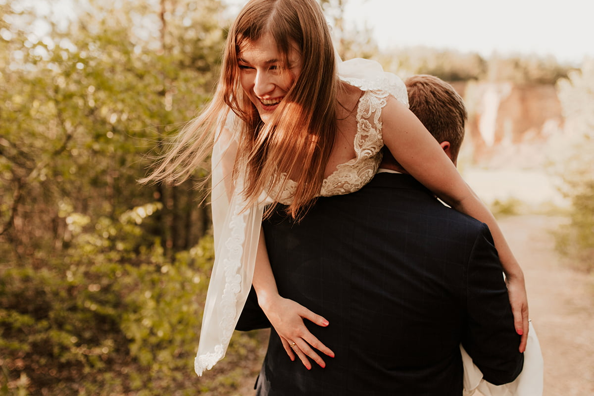 Para młoda w promieniach słońca w obiektywie emilii chrobok fotografa ślubnego z Tarnowa