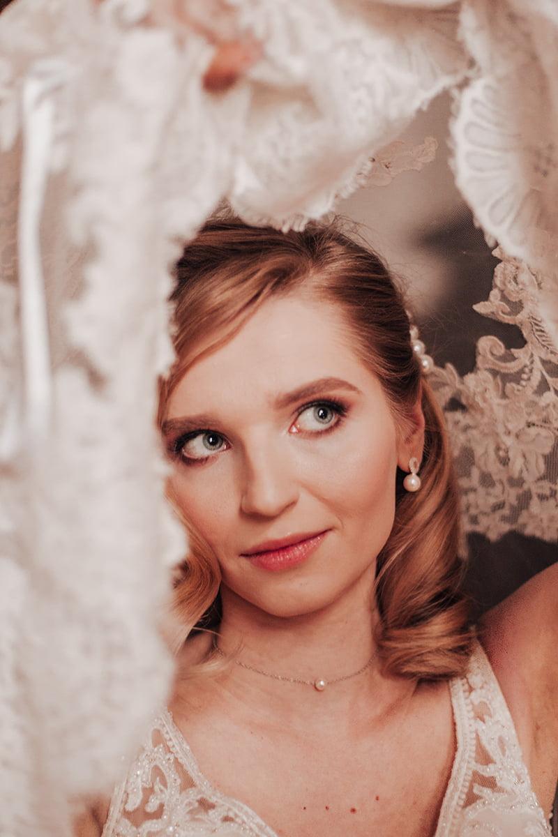 Panna Młoda okryta welonem glamour w pałacu Goetz w obiektywie Emilii Chrobok.